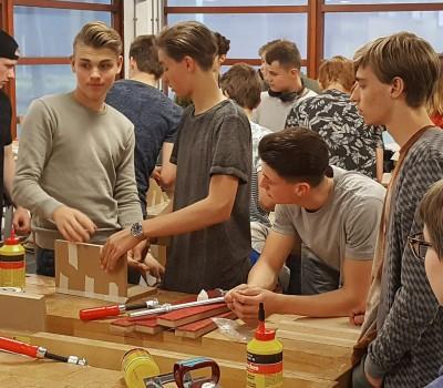 Leerlingen HMC Amsterdam spijkeren lijmkennis bij